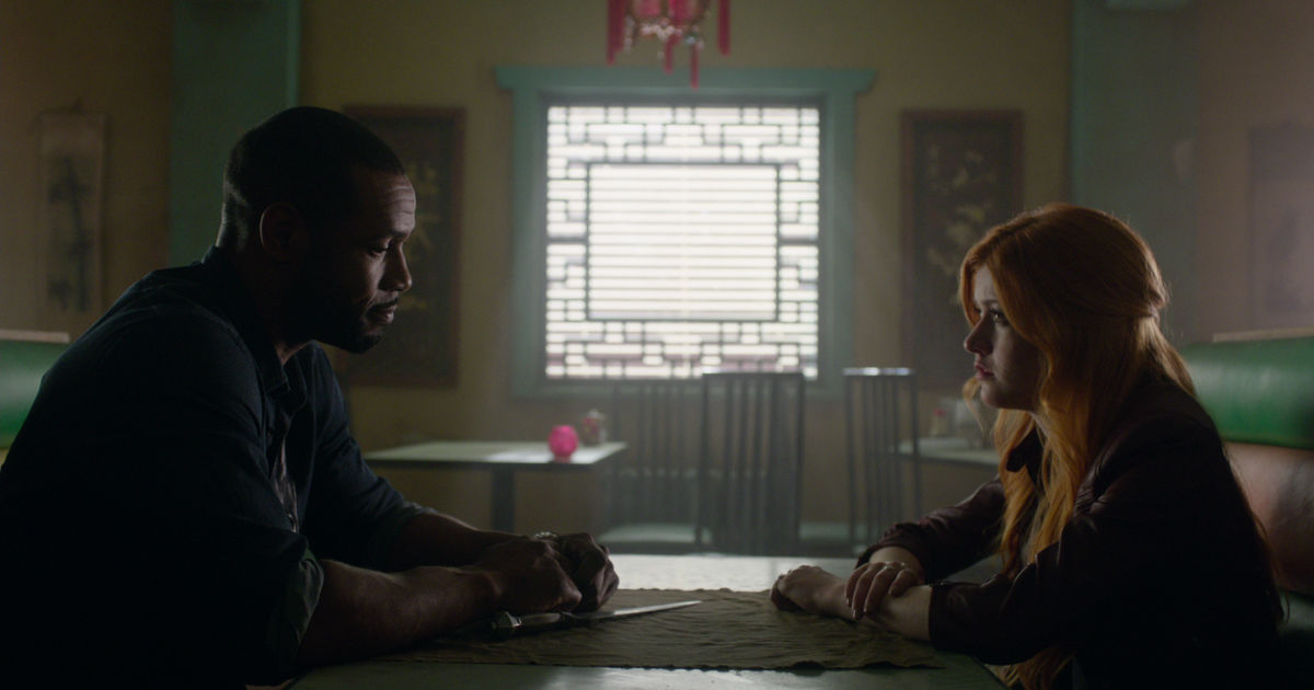 Shadowhunters - 19 Reasons Clary Was So Lucky To Have Luke As Her Dad! - 1013